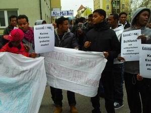 Gegen Verwaltunswillkür demonstrierende schutzsuchende Migranten